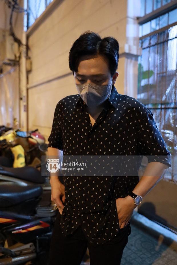 Cập nhật: Nghệ sĩ Chí Tài được đưa về nhà Tang lễ, vợ chồng Trấn Thành và nhiều nghệ sĩ rơi nước mắt vì quá xót thương! - Ảnh 4.