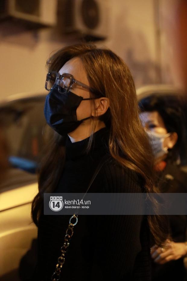 Cập nhật: Nghệ sĩ Chí Tài được đưa về nhà Tang lễ, vợ chồng Trấn Thành và nhiều nghệ sĩ rơi nước mắt vì quá xót thương! - Ảnh 5.
