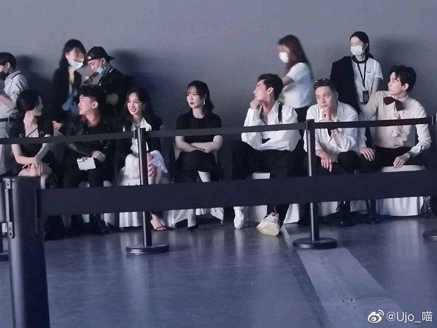 1001 drama sao Cbiz tại sự kiện: Trịnh Sảng chen chỗ, Dương Mịch bơ đẹp Đường Yên, Phạm Băng Băng lại có EQ cao ngất - Ảnh 22.