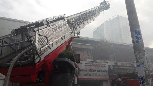 Nghẹt thở giải cứu cụ bà và người đàn ông bị mắc kẹt khỏi đám cháy trong chung cư cũ ở trung tâm Sài Gòn - Ảnh 2.