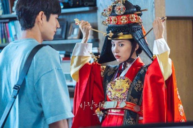 """""""Nữ hoàng cảnh nóng"""" Jo Yeo Jeong diện đồ Hoàng hậu ở Lừa Em, Cưng Tiêu Rồi!, lại nghĩ ra trò gì tra tấn chồng chăng? - Ảnh 2."""