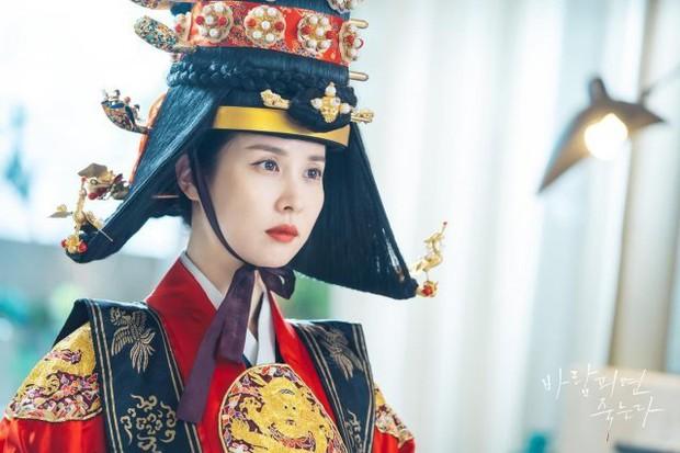 """""""Nữ hoàng cảnh nóng"""" Jo Yeo Jeong diện đồ Hoàng hậu ở Lừa Em, Cưng Tiêu Rồi!, lại nghĩ ra trò gì tra tấn chồng chăng? - Ảnh 1."""