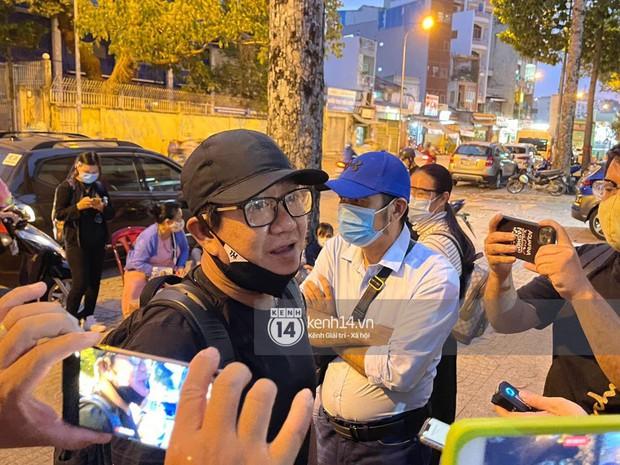 Cập nhật: Nghệ sĩ Chí Tài được đưa về nhà Tang lễ, vợ chồng Trấn Thành và nhiều nghệ sĩ rơi nước mắt vì quá xót thương! - Ảnh 6.