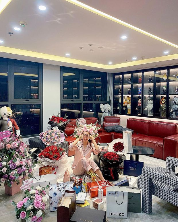 Nhà của Á hậu Huyền My: Đơn giản mà sang, riêng phòng quần áo, mỹ phẩm hoành tráng nhất nhì Vbiz - Ảnh 1.