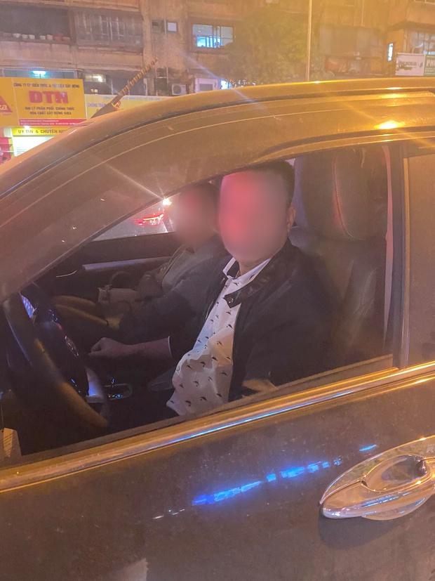 Hà Nội: Xôn xao nam thanh niên bị đánh gãy răng, chảy máu mũi do nhắc nhở tài xế dừng xe quá lâu gây tắc đường - Ảnh 2.