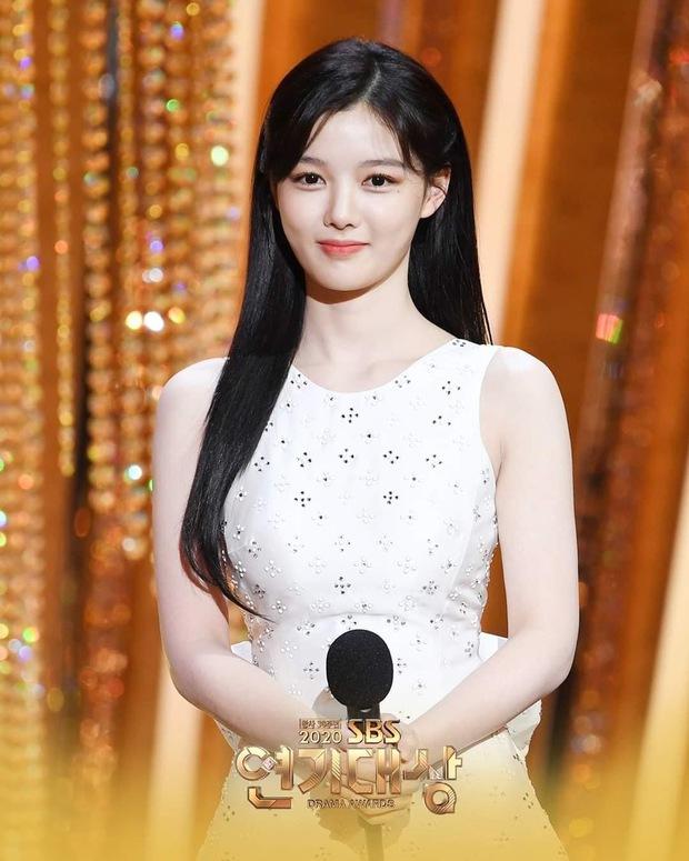Mỹ nhân hot nhất SBS Drama Awards 2020 gọi tên Kim Yoo Jung: Sao nhí lột xác thành nữ thần, chấp hết mọi ống kính phóng viên - Ảnh 3.