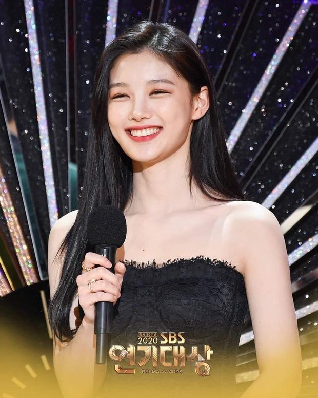 Mỹ nhân hot nhất SBS Drama Awards 2020 gọi tên Kim Yoo Jung: Sao nhí lột xác thành nữ thần, chấp hết mọi ống kính phóng viên - Ảnh 10.