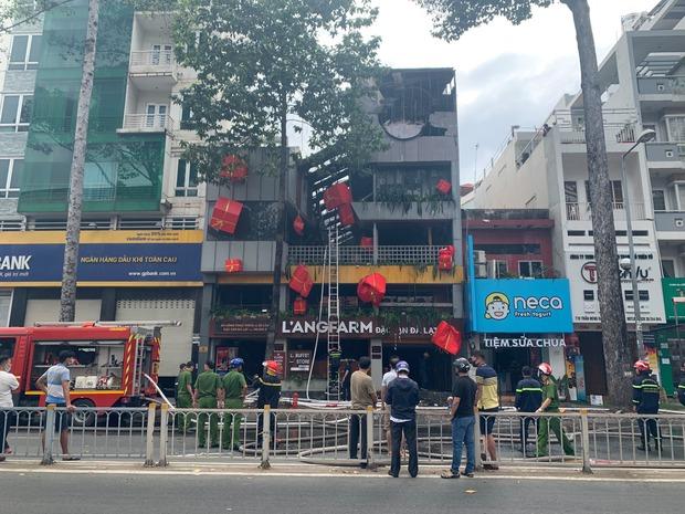 Cảnh sát giải cứu 1 người mắc kẹt trong vụ cháy cửa hàng Langfarm Buffet ở Sài Gòn - Ảnh 1.