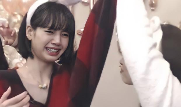 """Khung hình năm mới gây sốt của BLACKPINK: Lisa mếu khóc, Jennie - Jisoo phá hình tượng, Rosé mặt gì mà """"khó đỡ"""" thế này? - Ảnh 5."""