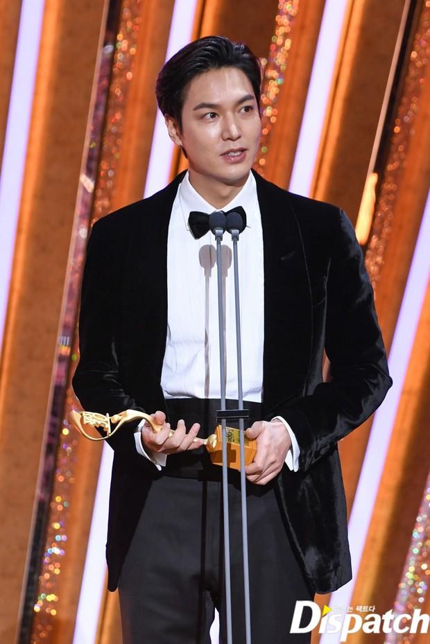 Lee Min Ho lâu lắm mới dự lễ trao giải SBS Drama Awards 2020, ai ngờ gây tranh cãi dữ dội vì lộ dấu hiệu lão hóa - Ảnh 2.