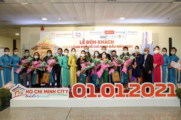 Vietnam Airlines chào đón các vị khách đầu tiên trong năm 2021 - Ảnh 3.