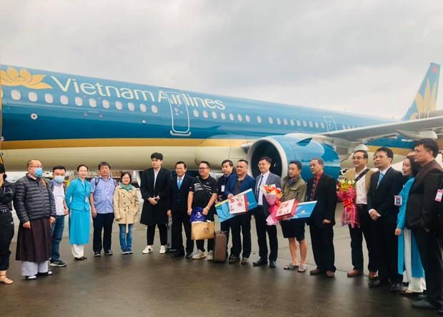 Vietnam Airlines chào đón các vị khách đầu tiên trong năm 2021 - Ảnh 1.