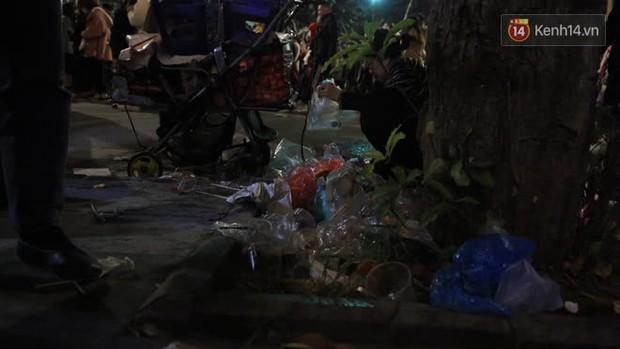 Rác thải tràn ngập đường phố Hà Nội và TP.HCM sau màn pháo hoa chào năm mới 2021 - Ảnh 14.