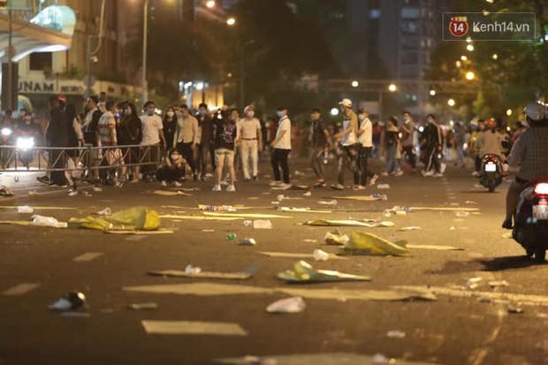 Rác thải tràn ngập đường phố Hà Nội và TP.HCM sau màn pháo hoa chào năm mới 2021 - Ảnh 8.