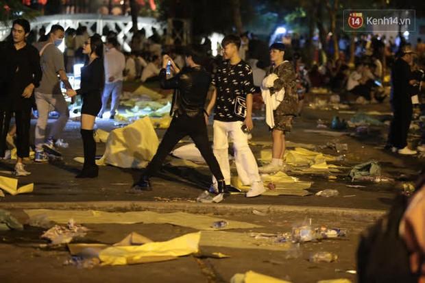 Rác thải tràn ngập đường phố Hà Nội và TP.HCM sau màn pháo hoa chào năm mới 2021 - Ảnh 5.