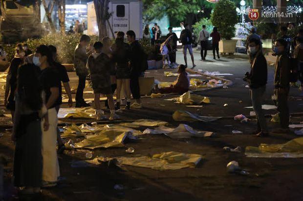 Rác thải tràn ngập đường phố Hà Nội và TP.HCM sau màn pháo hoa chào năm mới 2021 - Ảnh 3.