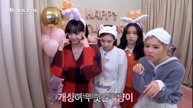 """Khung hình năm mới gây sốt của BLACKPINK: Lisa mếu khóc, Jennie - Jisoo phá hình tượng, Rosé mặt gì mà """"khó đỡ"""" thế này? - Ảnh 7."""