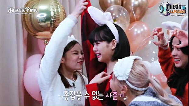"""Khung hình năm mới gây sốt của BLACKPINK: Lisa mếu khóc, Jennie - Jisoo phá hình tượng, Rosé mặt gì mà """"khó đỡ"""" thế này? - Ảnh 3."""