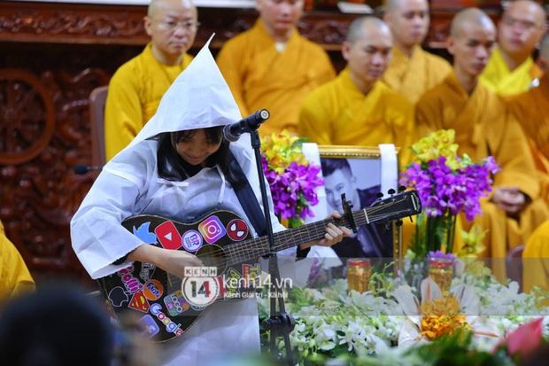 Clip con gái Vân Quang Long khóc lạc giọng hát tiễn biệt cha, khiến vợ Ưng Hoàng Phúc và dàn sao rơi nước mắt - Ảnh 5.