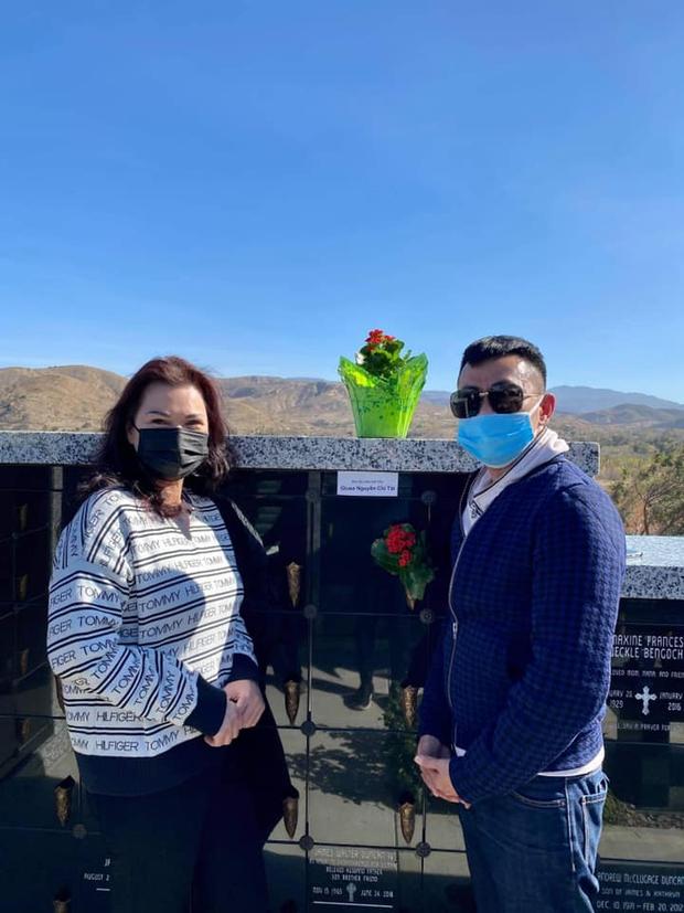 Giữa ồn ào với chồng Thu Phương, Hoài Tâm và ca sĩ Phương Loan đến viếng mộ sau 1 tháng NS Chí Tài an nghỉ - Ảnh 2.