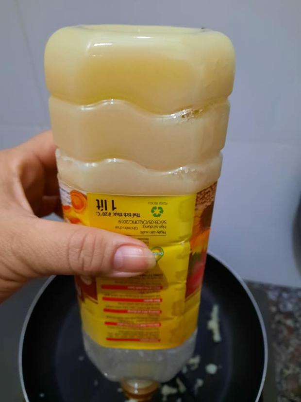 Mở tủ lạnh thấy chai dầu đông đặc như mỡ lợn, cô gái điếng người lên mạng hỏi còn bị doạ: Bạn mua đồ đểu rồi! - Ảnh 2.