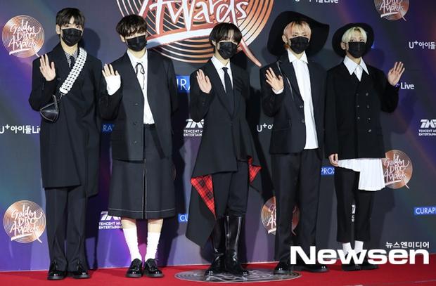 """Thảm đỏ Grammy Hàn 2021 ngày 2: GOT7 buồn thiu giữa tin tan rã, TWICE bị ác nữ lấn át, Jungkook tóc vàng choé bên """"em trai BTS"""" mặc váy - Ảnh 28."""