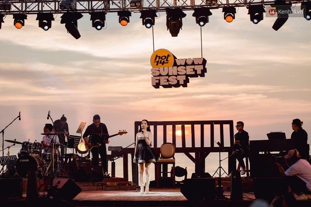Chiều hoàng hôn nghe Thuỳ Chi hát, Jack hoà giọng cùng fan bên bờ biển và những khoảnh khắc chỉ có tại HOT14 WOW Sunset Fest - Ảnh 7.