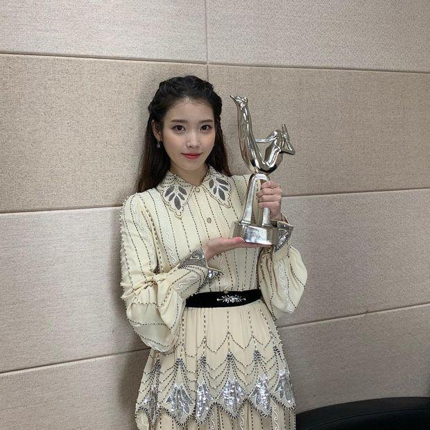 Nữ thần Grammy Hàn 2021 gọi tên IU: Diện 4 bộ đồ chiếm trọn spotlight, ảnh hậu trường khoe visual triệu người mê đắm - Ảnh 16.