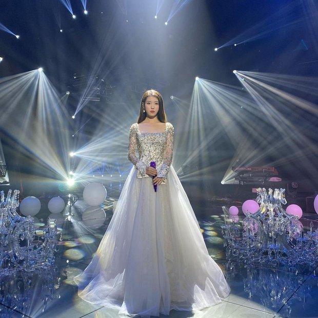 Nữ thần Grammy Hàn 2021 gọi tên IU: Diện 4 bộ đồ chiếm trọn spotlight, ảnh hậu trường khoe visual triệu người mê đắm - Ảnh 4.