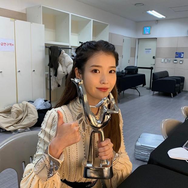 Nữ thần Grammy Hàn 2021 gọi tên IU: Diện 4 bộ đồ chiếm trọn spotlight, ảnh hậu trường khoe visual triệu người mê đắm - Ảnh 15.
