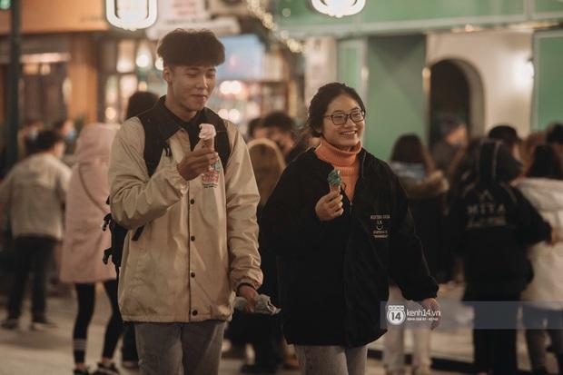 Chùm ảnh: Nhìn thôi cũng rùng mình trước cảnh dân tình rủ nhau đi ăn kem dù Hà Nội tiếp tục hạ xuống 8 độ C - Ảnh 2.