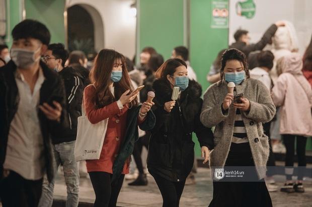 Chùm ảnh: Nhìn thôi cũng rùng mình trước cảnh dân tình rủ nhau đi ăn kem dù Hà Nội tiếp tục hạ xuống 8 độ C - Ảnh 4.