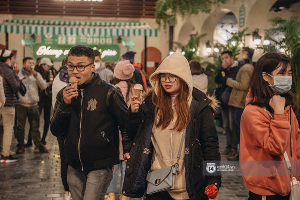 Chùm ảnh: Nhìn thôi cũng rùng mình trước cảnh dân tình rủ nhau đi ăn kem dù Hà Nội tiếp tục hạ xuống 8 độ C - Ảnh 7.