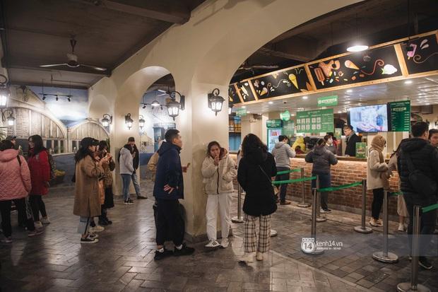 Chùm ảnh: Nhìn thôi cũng rùng mình trước cảnh dân tình rủ nhau đi ăn kem dù Hà Nội tiếp tục hạ xuống 8 độ C - Ảnh 9.