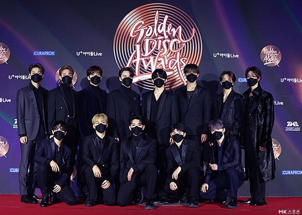 """Thảm đỏ Grammy Hàn 2021 ngày 2: GOT7 buồn thiu giữa tin tan rã, TWICE bị ác nữ lấn át, Jungkook tóc vàng choé bên """"em trai BTS"""" mặc váy - Ảnh 22."""