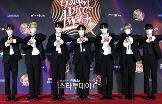 """Thảm đỏ Grammy Hàn 2021 ngày 2: GOT7 buồn thiu giữa tin tan rã, TWICE bị ác nữ lấn át, Jungkook tóc vàng choé bên """"em trai BTS"""" mặc váy - Ảnh 29."""