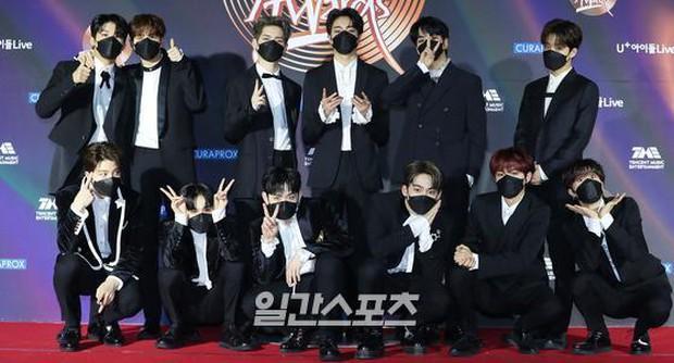 """Thảm đỏ Grammy Hàn 2021 ngày 2: GOT7 buồn thiu giữa tin tan rã, TWICE bị ác nữ lấn át, Jungkook tóc vàng choé bên """"em trai BTS"""" mặc váy - Ảnh 30."""