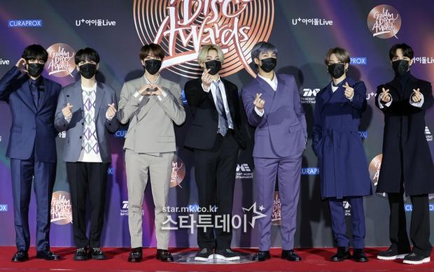 """Thảm đỏ Grammy Hàn 2021 ngày 2: GOT7 buồn thiu giữa tin tan rã, TWICE bị ác nữ lấn át, Jungkook tóc vàng choé bên """"em trai BTS"""" mặc váy - Ảnh 6."""