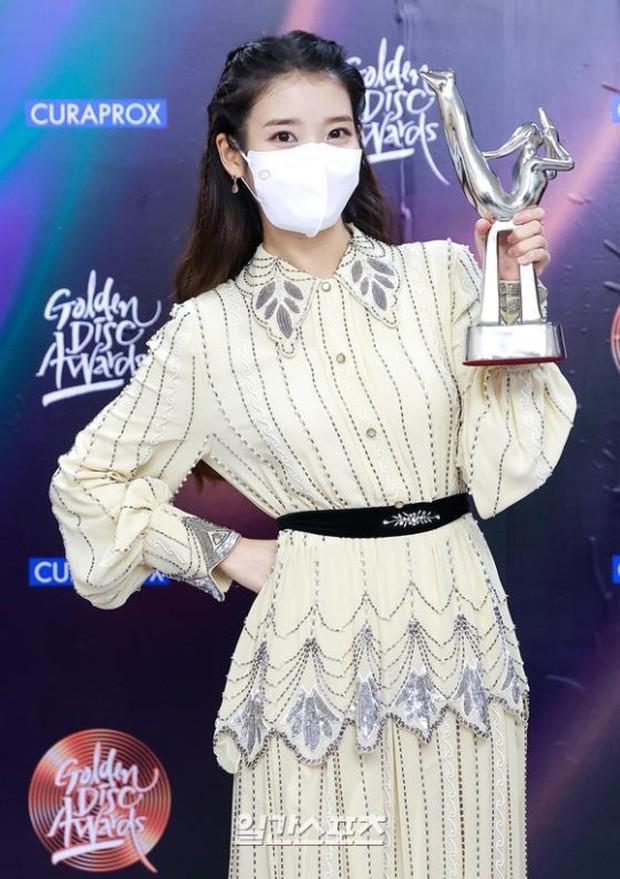 Nữ thần Grammy Hàn 2021 gọi tên IU: Diện 4 bộ đồ chiếm trọn spotlight, ảnh hậu trường khoe visual triệu người mê đắm - Ảnh 8.