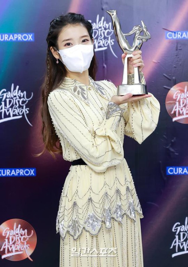 Nữ thần Grammy Hàn 2021 gọi tên IU: Diện 4 bộ đồ chiếm trọn spotlight, ảnh hậu trường khoe visual triệu người mê đắm - Ảnh 9.