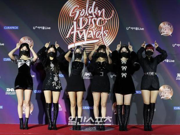 """Thảm đỏ Grammy Hàn 2021 ngày 2: GOT7 buồn thiu giữa tin tan rã, TWICE bị ác nữ lấn át, Jungkook tóc vàng choé bên """"em trai BTS"""" mặc váy - Ảnh 20."""