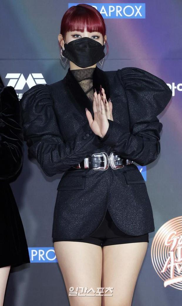 """Thảm đỏ Grammy Hàn 2021 ngày 2: GOT7 buồn thiu giữa tin tan rã, TWICE bị ác nữ lấn át, Jungkook tóc vàng choé bên """"em trai BTS"""" mặc váy - Ảnh 21."""