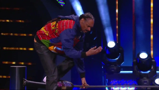 Rapper Snoop Dogg xuất hiện trên sàn vật biểu diễn, gây sốt với màn bay giữa ngân hà cực chất - Ảnh 2.