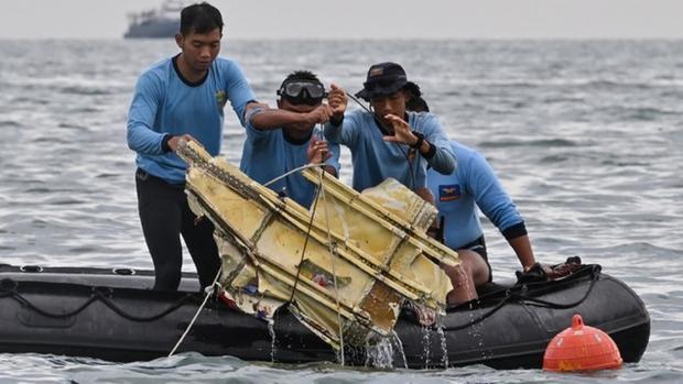 Indonesia đã xác định được vị trí của hai hộp đen trong vụ rơi máy bay - Ảnh 1.