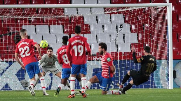Messi và Griezmann thi nhau ghi bàn tinh tế, Barca thắng giòn giã 4-0, áp sát đại kình địch Real Madrid - Ảnh 2.