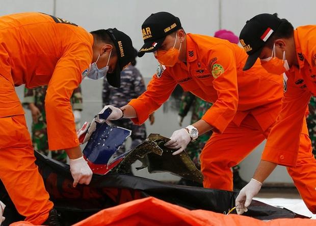 Máy bay rơi tại Indonesia: Hành động bất thường của vợ Cơ trưởng trước khi chồng bước lên chuyến bay định mệnh khiến bà có linh cảm xấu - Ảnh 1.