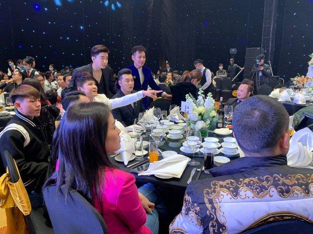 Dàn sao nô nức tới dự đám cưới Tiến Dũng ở Hà Nội: Ưng Hoàng Phúc diện vest lịch lãm đi cùng vợ, Chi Dân cũng góp mặt - Ảnh 3.