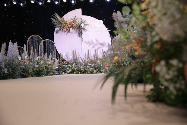 Dàn sao nô nức tới dự đám cưới Tiến Dũng ở Hà Nội: Ưng Hoàng Phúc diện vest lịch lãm đi cùng vợ, Chi Dân cũng góp mặt - Ảnh 9.