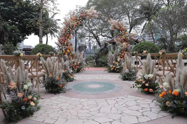 Dàn sao nô nức tới dự đám cưới Tiến Dũng ở Hà Nội: Ưng Hoàng Phúc diện vest lịch lãm đi cùng vợ, Chi Dân cũng góp mặt - Ảnh 8.