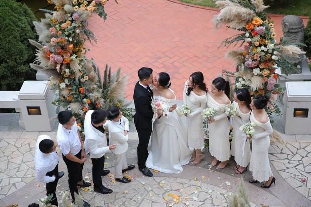 Dàn sao nô nức tới dự đám cưới Tiến Dũng ở Hà Nội: Ưng Hoàng Phúc diện vest lịch lãm đi cùng vợ, Chi Dân cũng góp mặt - Ảnh 7.